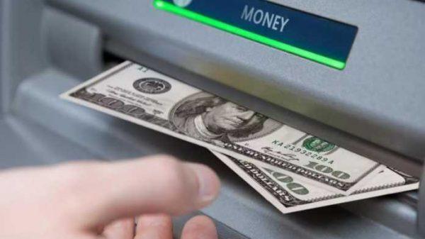 Ana xolos! Bankomat 20 dollarlik kupyura o'rniga 100 dollarlik kupyurani tarqatib yubordi
