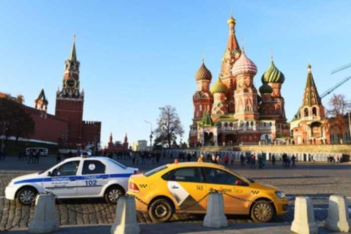 Moskvada taksi haydovchisi unutib qoldirilgan katmonni egasiga qaytarish uchun 8 soat kutdi. Katmon egasini topgach… Yig'lab yubordi…
