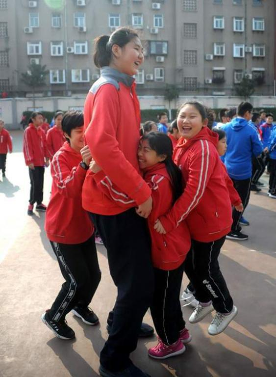 Xitoylik 11 yashar qizaloqning bo'yi 2 metr-u 10 santimetr. Uning nomi Ginnes rekordlar kitobiga kiritildi…