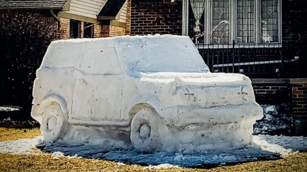 Amerikalik erkak qordan Ford Bronco'ning haqiqiy o'lchamidek keladigan nusxasini yasadi