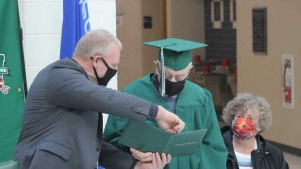 Amerikada maktabni bitirgan 96 yoshli erkak diplom bilan taqdirlandi