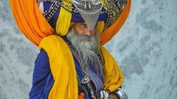 Hinduizm va islom g'oyalarini birlashtirgan din vakillari yoki sikhlar kim?