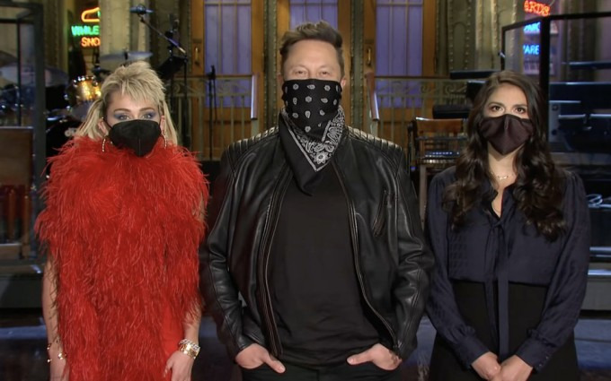 Ilon Mask Saturday Night Live shousining reklama roliklarida qora bandanada paydo bo'ldi. Foydalanuvchilar biznesmenni niqob taqmagani uchun tanqid qilmoqda