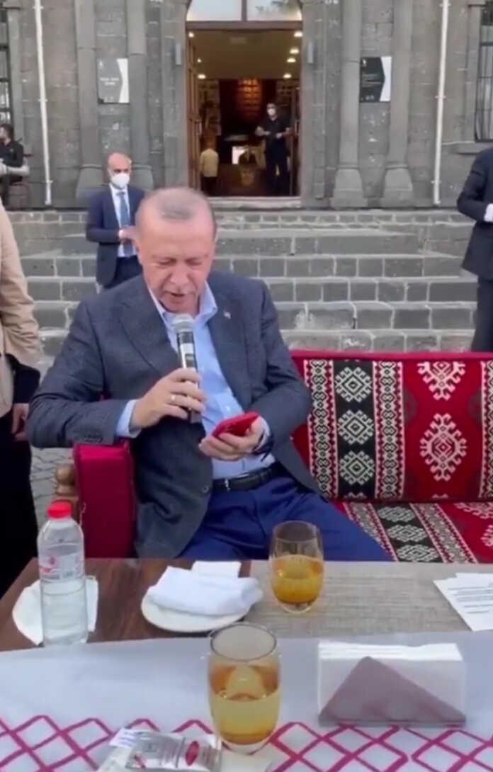 Prezident Erdog'an Diyorbakirdagi yoshlar bilan bo'lgan uchrashuvda Neshet Ertashning mashhur «Gönül Dağı» qo'shig'ini kuyladi (video)